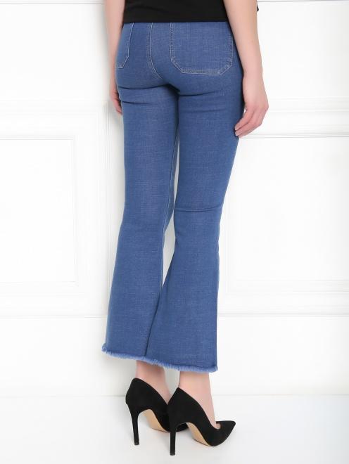Расклешенные укороченные джинсы из эластичного денима - МодельВерхНиз1