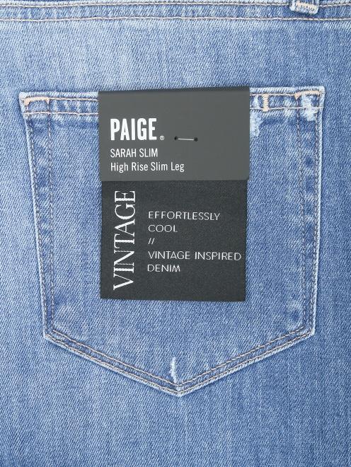 Укороченные джинсы с потертостями - Деталь