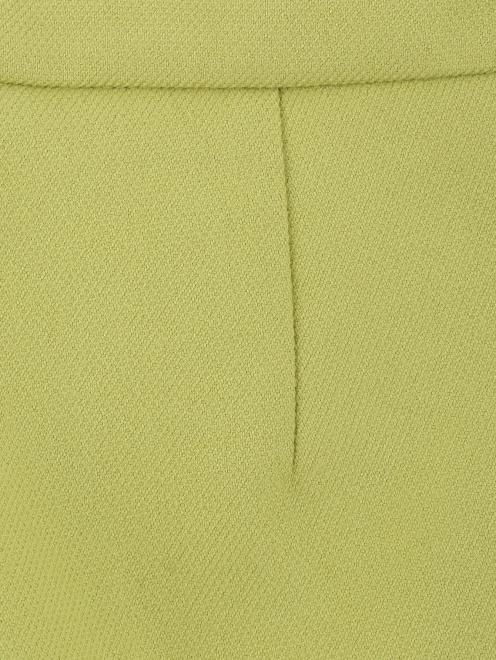 Укороченные брюки с металлической фурнитурой - Деталь