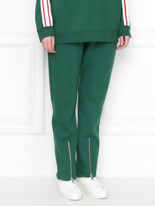 Спортивные брюки из хлопка с боковыми карманами - МодельВерхНиз