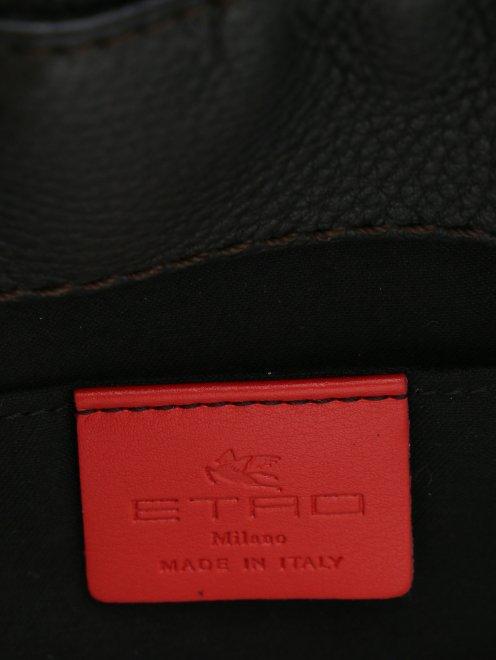 Сумка из кожи с контрастной вышивкой и отделкой мехом - Деталь1