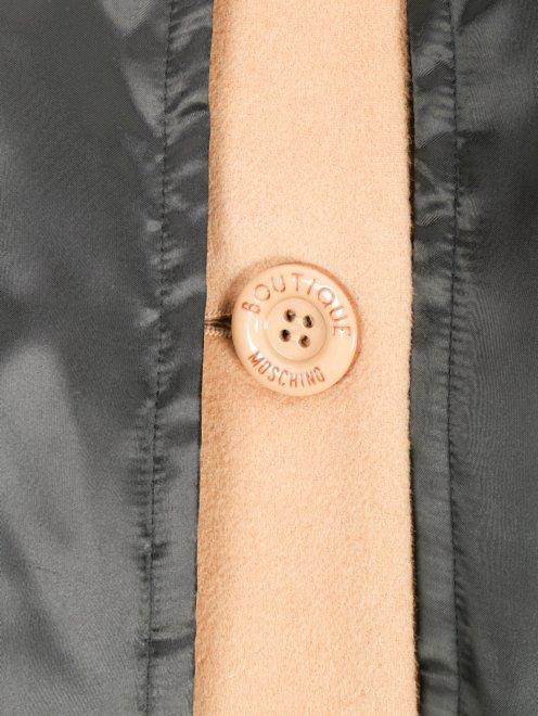 Пальто с контрастной отделкой и поясом - Деталь1